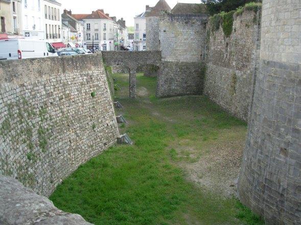 Dourdan_castle_dry_moat.jpg